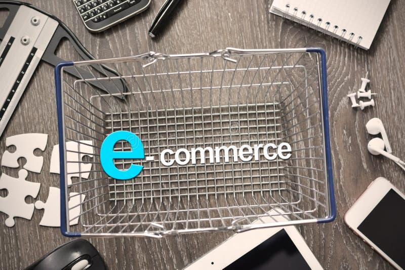E-kommers begrepp med shoppingvagnen arkivfoto