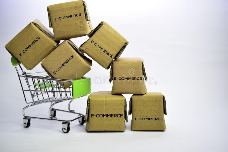 E-kommers text i små askar och shoppingvagn Begrepp om online-shopping bakgrund isolerad white arkivbilder