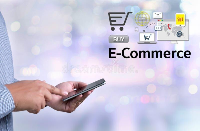 E-komrets tillfogar till vagnen som online-beställningslagerköpet shoppar direktanslutet royaltyfri bild