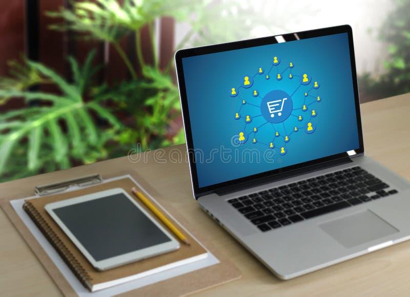 E-komrets tillfogar till vagnen som online-beställningslagerköpet shoppar online-betalning royaltyfri fotografi