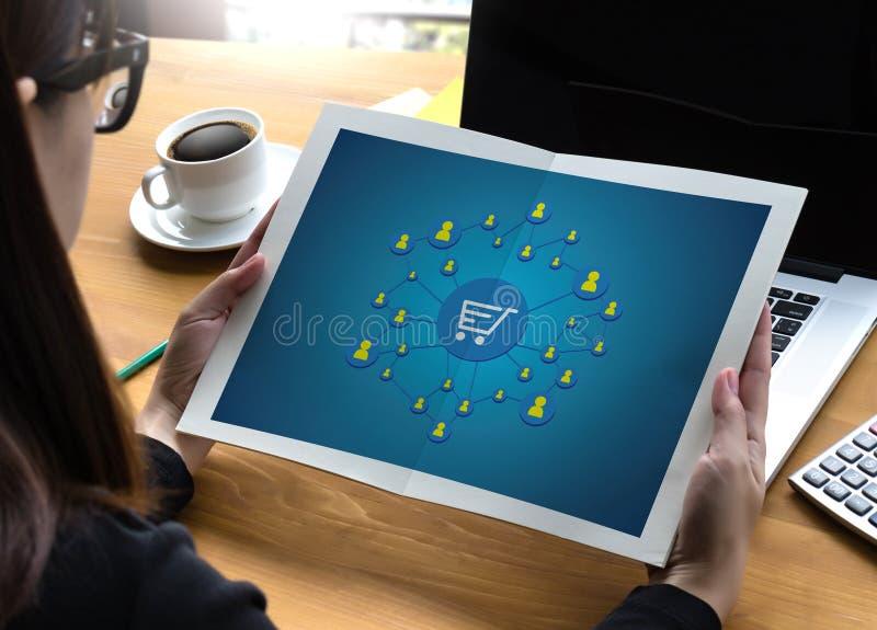 E-komrets tillfogar till vagnen som online-beställningslagerköpet shoppar online-betalning royaltyfri foto