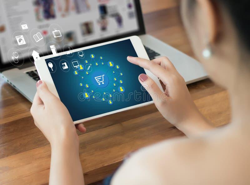 E-komrets tillfogar till vagnen som online-beställningslagerköpet shoppar online-betalning arkivbild