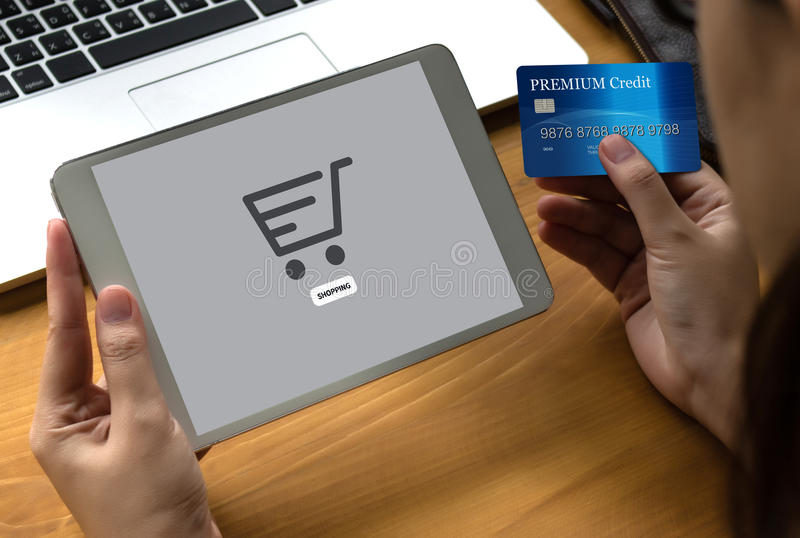 E-komrets tillfogar till vagnen som online-beställningslagerköpet shoppar online-betalning royaltyfri bild