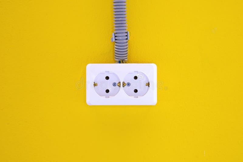 E kosmos kopii Poj?cie energia - savings Kolor żółty ściana z europejskim elektrycznym ujściem 220 wolt?w zdjęcie stock