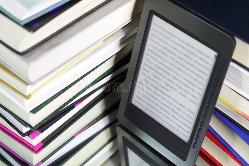 e książkowy czytelnik fotografia stock