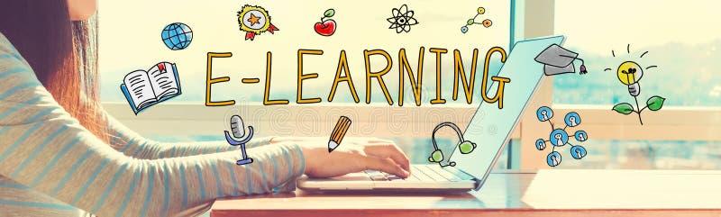 E-lära med kvinnan som arbetar på en bärbar dator arkivbild