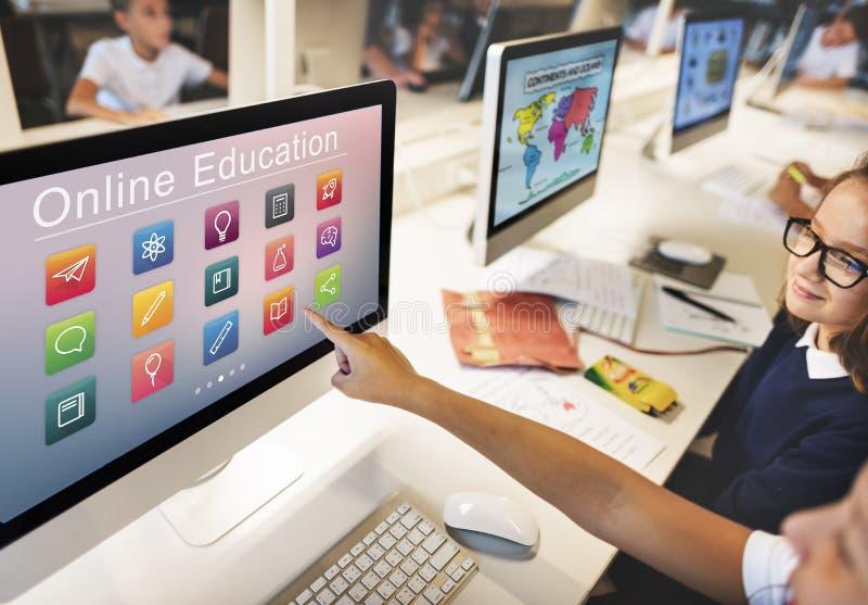 E-lära online-utbildningsapplikationbegrepp arkivfoto