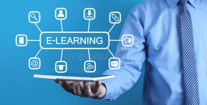 E-lära tangentbordet för begreppsutbildningsinternet lärer ord royaltyfri fotografi