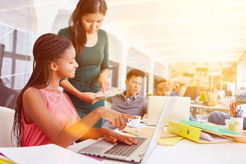 E-lära utbildning med datorer på kontoret royaltyfri foto