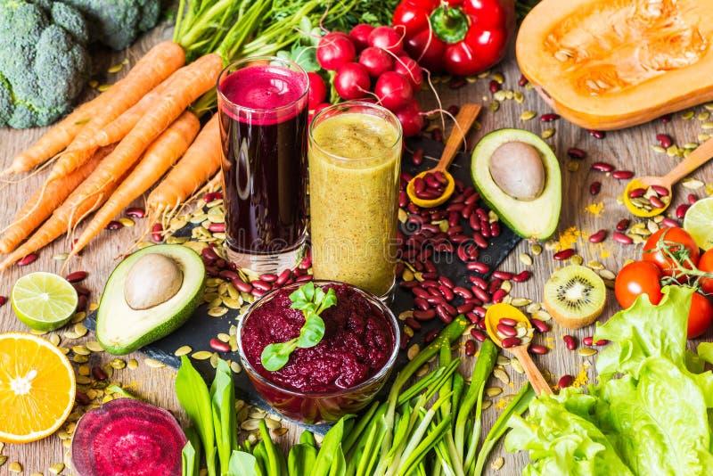 E Légumes frais sur le fond en bois Régime de Detox Différents jus frais colorés photo libre de droits