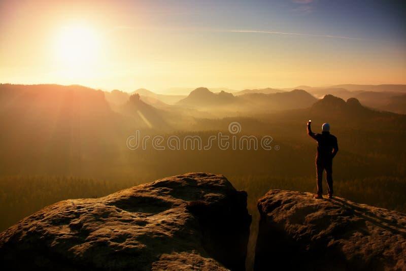 E Le paysage rêveur de vieille galoche, jaillissent lever de soleil brumeux rose orange dans un beau v photos stock