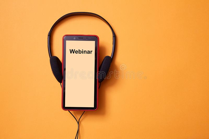 E-learning en online-educatie Webinar, les en cursussen op internet Hoofdtelefoon en smartphone Kopieerruimte stock fotografie