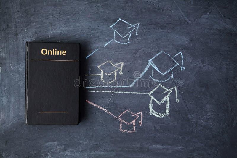 E-learning en online onderwijs of webles E-bibliotheek en e-boek Boek op het bord en de afgestudeerde dop stock afbeelding