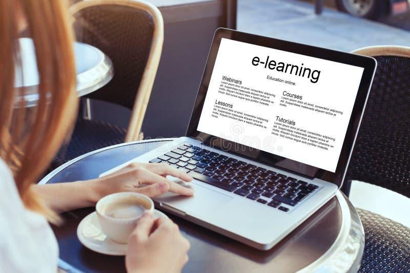 E-leert, onderwijs online stock foto's