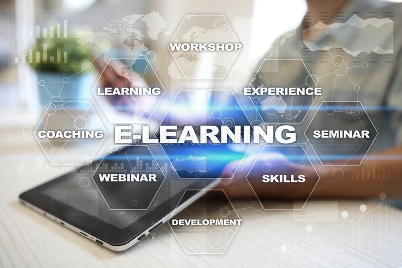 E-leert op het virtuele scherm Het onderwijsconcept van Internet royalty-vrije stock foto's