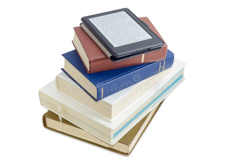 E-leitor com texto borrado na pilha de livros impressos fotos de stock royalty free