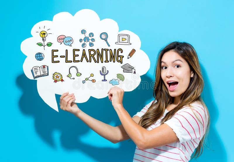E-lerende tekst met jonge vrouw die een toespraakbel houden stock afbeelding