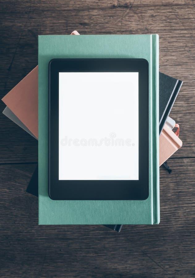 E-Leser auf Stapel Büchern lizenzfreie stockbilder