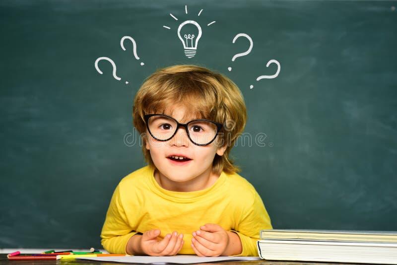 E ?liczna ma?a preschool dzieciak ch?opiec w sali lekcyjnej ?liczna ch?opiec z szcz??liw? twarz? obraz stock