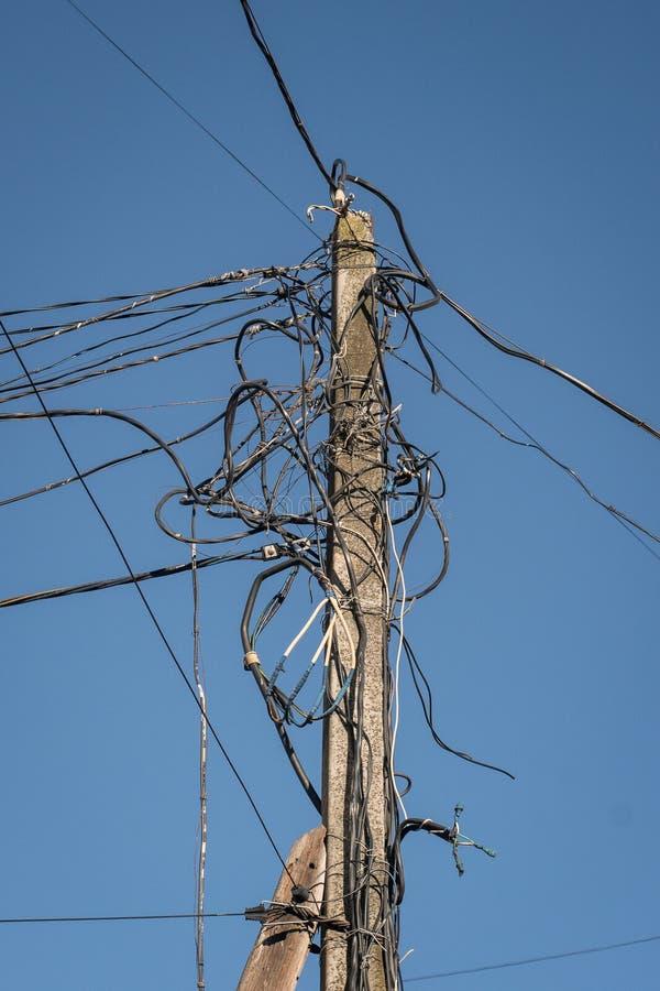 E Linha eléctrica velha imagens de stock