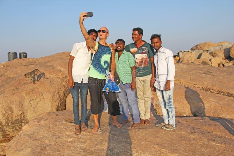 E Män Hindus fotograferas med en europé på telefonen Selfie på telefonen arkivfoton
