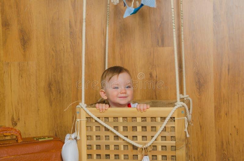 Że mój chłopiec siedzi w koszu gorące powietrze balon zdjęcia royalty free