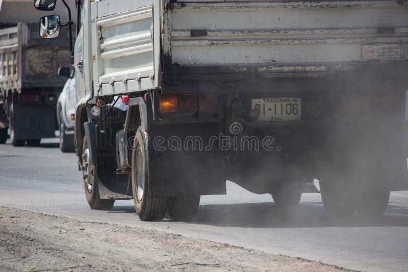 E.m. 2 5 från utsläpp och damm från lastbilar arkivfoto