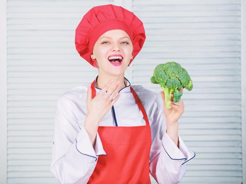 E Machen Sie Brokkoli zu Lieblingsbestandteil Wie man Brokkoli kocht rohe Lebensmitteldi?t lizenzfreie stockfotografie