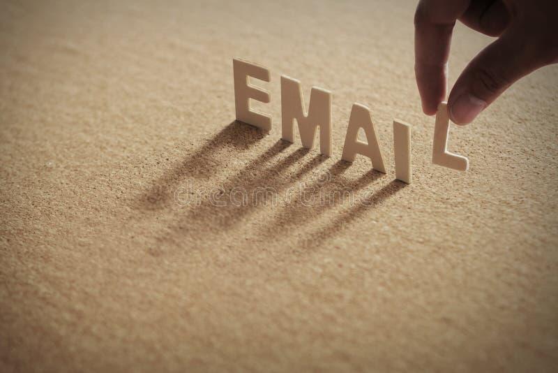 E-MAIL houten woord op samengeperste raad royalty-vrije stock afbeelding