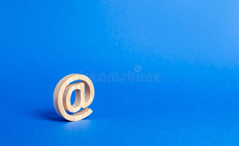E-Mail-Ikone auf blauem Hintergrund Internet-Korrespondenz Kontakte f?r Gesch?ft Feder, Notizbuch und handliches Internet und glo stockfoto