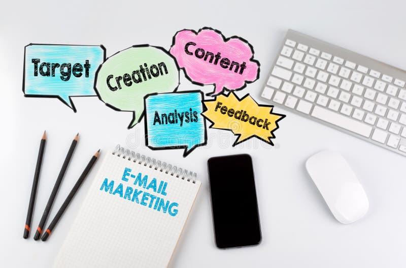 E-mail Marketing, achtergrondconcept Bureaulijst met computer, Smartphone en Notitieboekje royalty-vrije stock foto's