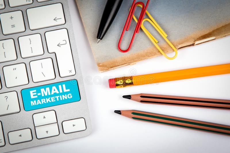 E-mail marketing concept Computertoetsenbord op een wit bureau met diverse punten stock foto