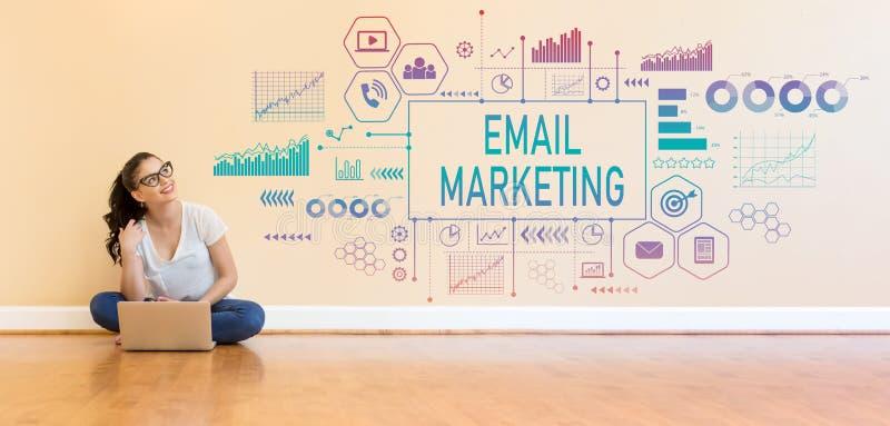 E-mail marketing met jonge vrouw die een laptop computer met behulp van stock foto