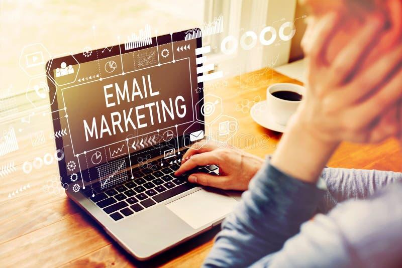E-Mail-Marketing mit dem Mann, der einen Laptop verwendet lizenzfreie stockbilder