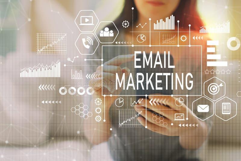 E-Mail-Marketing mit der Frau, die einen Smartphone verwendet vektor abbildung