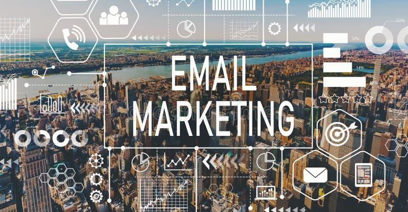 E-Mail-Marketing mit Vogelperspektive von NY-Skylinen stockfotos