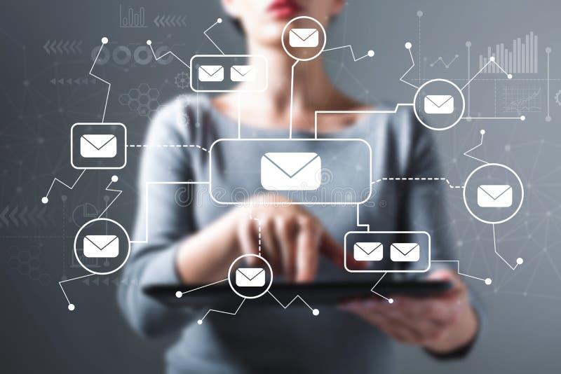 E-mail met vrouw die een tablet gebruiken royalty-vrije stock foto's