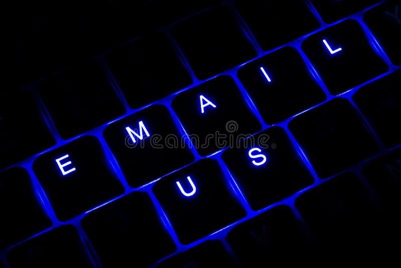 'E-mail ons' Verlichte Toetsenbordtekst in Blauw stock afbeelding