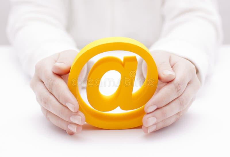 E-Mail-Symbol geschützt durch Hände stockbild