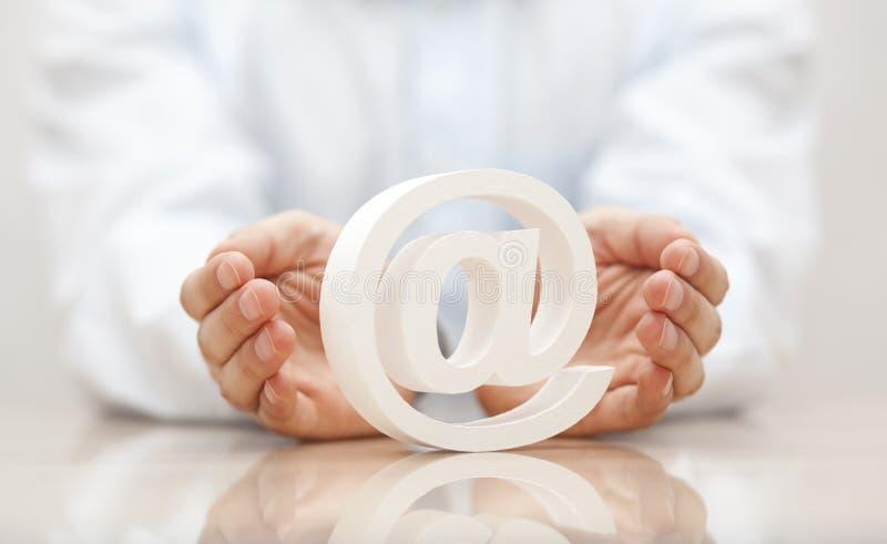 E-Mail-Symbol geschützt durch Hände stockfotografie