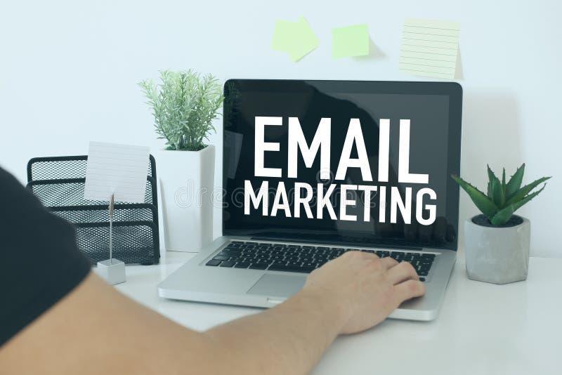 E-mailowy marketingowy biznesowy pojęcie z biznesmenem w biurze fotografia stock