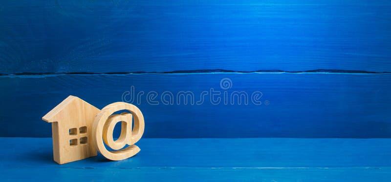 E-mailpictogram en huis Contacten voor het dateren Contacten van e-mail, homepage, huisadres mededeling over Internet establishin stock foto