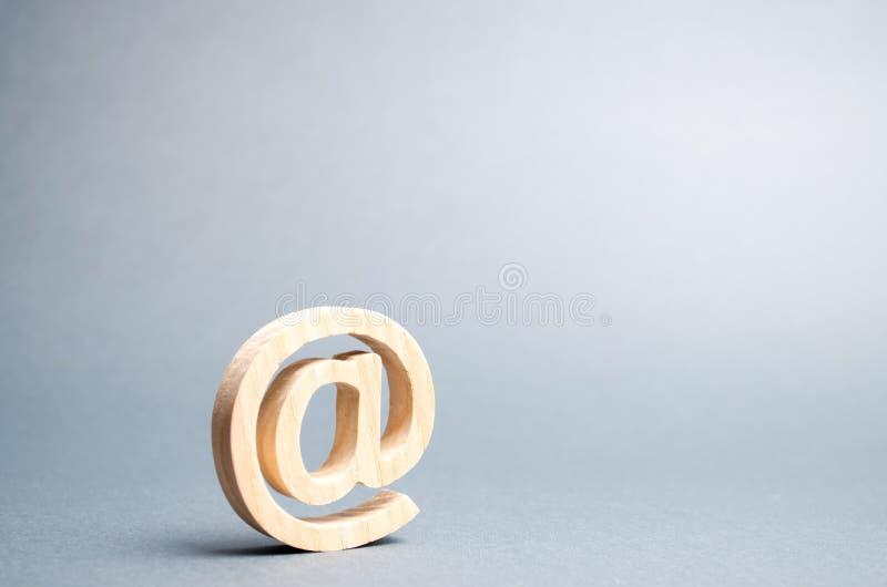 E-mailpictogram op grijze achtergrond Internet-correspondentie, mededeling over Internet Contacten voor zaken establishing stock afbeelding