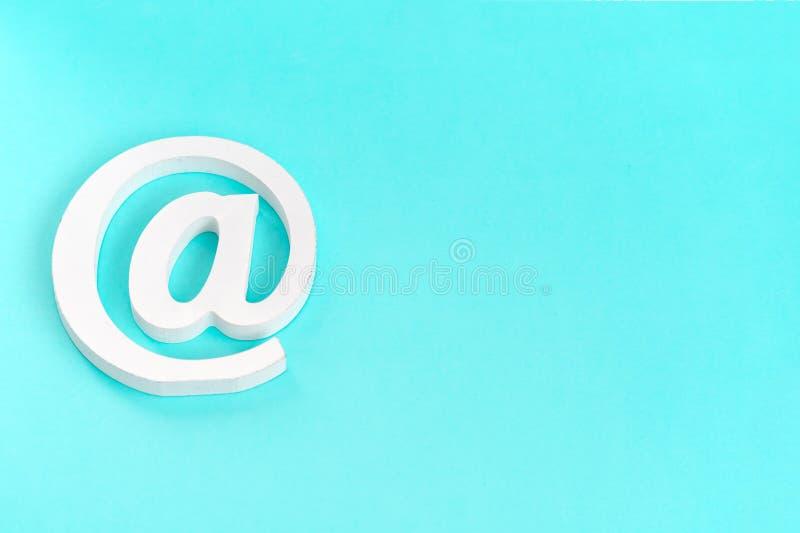 E-mailsymbool op blauwe achtergrond Het concept voor Internet, contacteert ons en e-mailadres stock fotografie