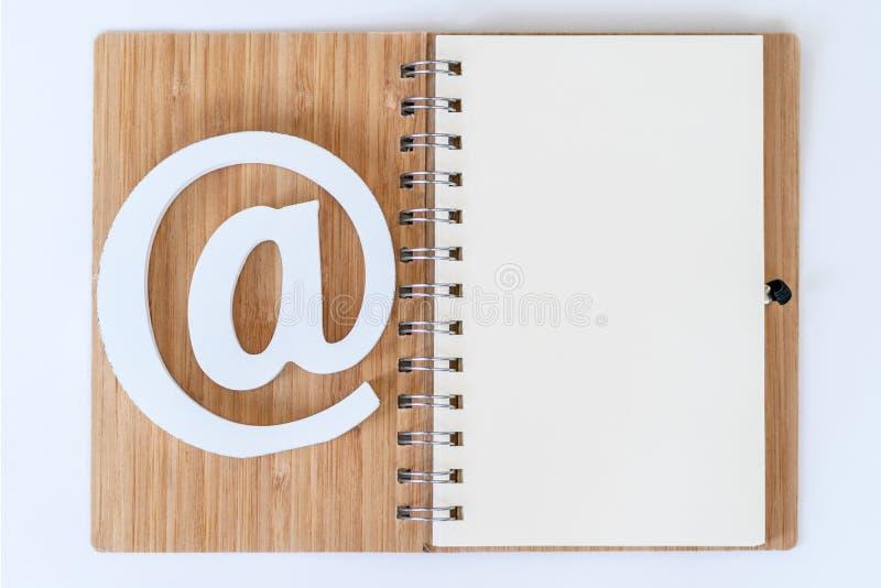 E-mailsymbool op een notitieboekje stock fotografie