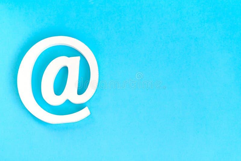 E-mailteken op blauwe achtergrond met echte schaduw stock afbeelding