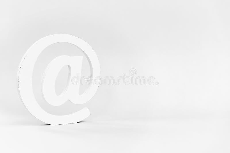 E-mailteken op een blauwe achtergrond Het concept voor e-mail, mededeling of contacteert ons royalty-vrije stock foto