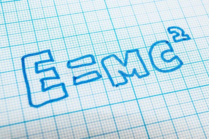E = mc2 nel taccuino nella cellula royalty illustrazione gratis