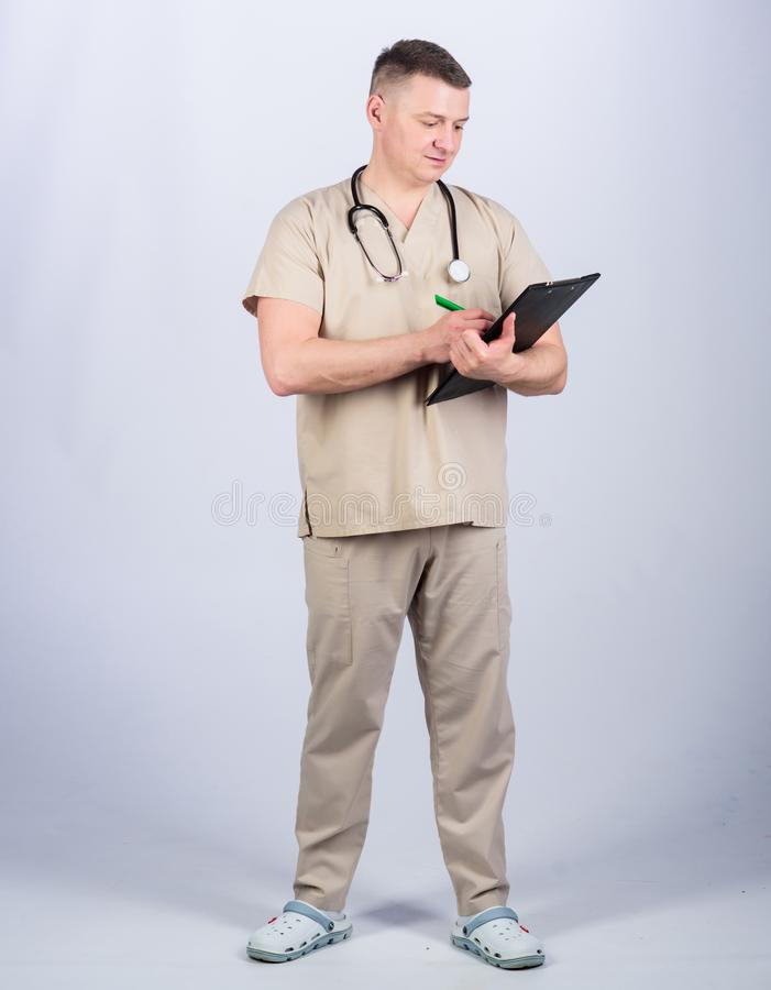 E medicinskt hj?lpmedel S?ker doktor med stetoskopet r Familjdoktor royaltyfria foton