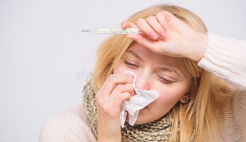 E Medida da temperatura Remédios da febre da ruptura r A mulher sente fotografia de stock